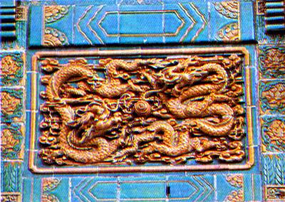 """金字汉白玉牌匾,云头如意斗拱,花板为透空木雕""""龙凤呈祥""""图."""